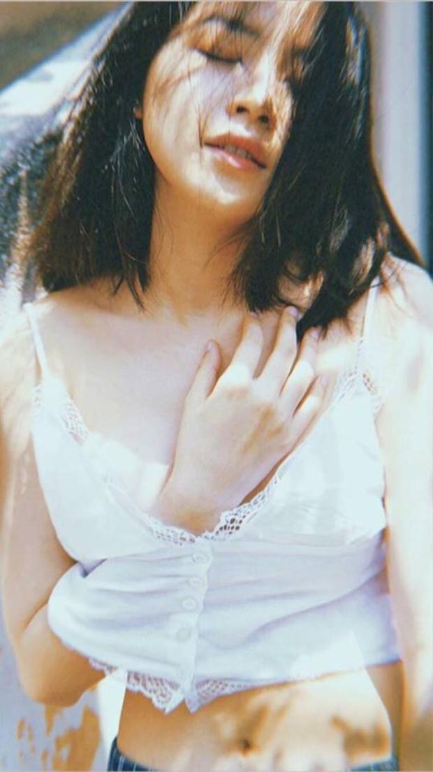 Tung hình thanh xuân nhưng Chi Pu lại khêu gợi quá đà như Sulli chụp ảnh lolita?