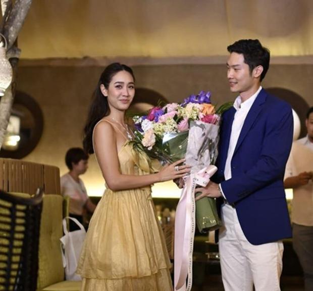 Ánh mắt ngập tràn tình yêu của bạn trai doanh nhân dành cho Min Pechaya.