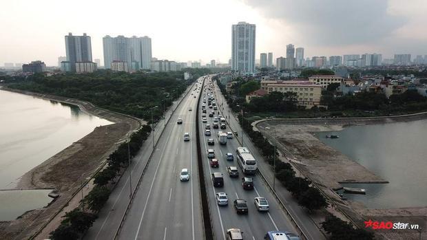 Hướng vào thành phố luôn động nghịt xe, trong khi hướng ngược lại chỉ còn một vài chiếc xe ô tô.