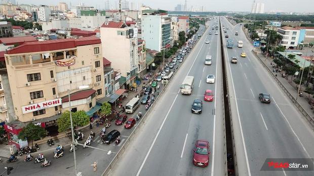 Đường vào thành phố đầy xe máy, ô tô chen chúc nhau từ chiều.