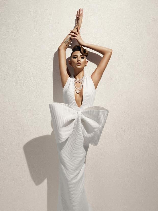 Ngoài ra, thiết kế còn gây chú ý bởi chiếc thắt nơ khá to tạo điểm nhấn ấn tượng cho bộ trang phục.