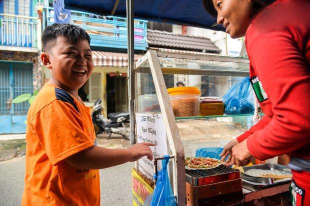 Đây chính là cách khách gọi món khi ghé đến xe bánh tráng của chị Thúy, anh Sơn.