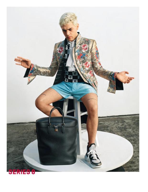 """Mặc dù được giới thiệu trong show diễn trang phục nữ, nhưng nhà mốt đã rất khéo léo khi lựa chọn đạo diễn Xavier Dolan trở thành """"chàng thơ"""" trong chiến dịch quảng cáo BST Xuân, Hè 2018 dành cho nữ của Louis Vuitton, nhờ vậy, đôi giày này bỗng chốc được các tín đồ thời trang ngầm hiểu là giới tính nào cũng có thể mang được."""