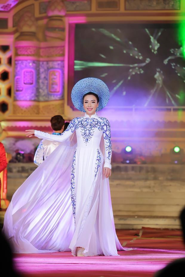 Ngoài hoa hậu Đỗ Mỹ Linh trong vai trò vedette thì Á hậu Biển Khánh Phương cũng góp mặt trình diễn trong vai trò chính là first face cho BST lần này.Á hậu Biển Khánh Phương thể hiện một thiết kế đính họa tiết kỳ công.