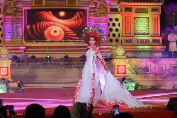 Trang phục đặc biệt dành riêng cho Hoa hậu Đỗ Mỹ Linh do đích thân nhà thiết kế lên ý tưởng trong vòng 7 ngày và gấp rút hoàn thiện trong 3 ngày.