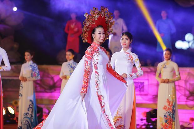 Thiết kế độc đáo này được NTK sử dụng khéo léo các kĩ thuật cắt may tỉ mỉ, phối hợp để tạo nên nét riêng cho Hoa hậu Việt Nam Đỗ Mỹ Linh.