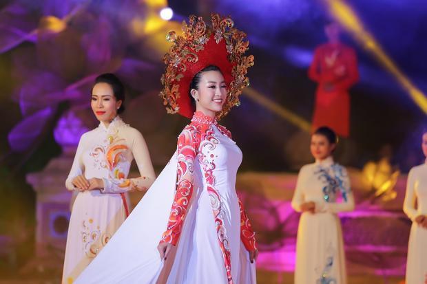 """Chiếc áo dài nằm trong BST Áo dài mang tên """"Thuở Vàng Son"""" là thông điệp của NTKNgô Nhật Huy giới thiệu tại sự kiện Festival Huế 2018."""