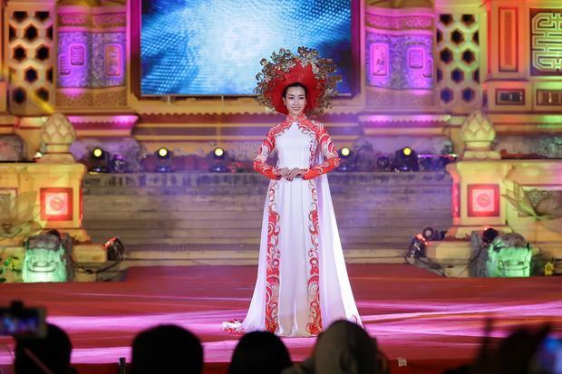 Hoa hậu Đỗ Mỹ Linh khoe nhan sắc lộng lẫy và rạng ngời, trang phục áo dài của cô được chăm chút rất tỉ mỉ từ phần áo choàng lộng lẫy cho đến chiếc mấn được xử lý công phu.