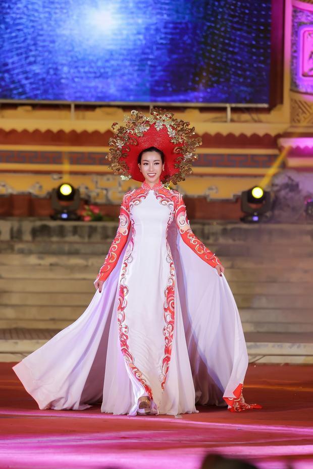 Xuất hiện vào phút cuối trong show diễn của NTK Ngô Nhật Huy, Hoa hậu Việt Nam 2016 trình diễn bộ áo dài được kết đính công phu trong vai tròvedette.