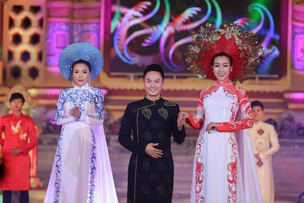 Hoa hậu cùng nhà thiết kế Ngô Nhật Huy chào khán giả. Anh cũng gửi lời cảm ơn dàn mẫu, khách mời cùng ê-kíp đã hỗ trợ anh suốt quá trình tham gia đêm diễn áo dài tại Festival Huế 2018.