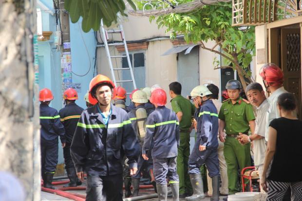 Lực lượng PCCC rất khó khăn để dập tắt đám cháy.