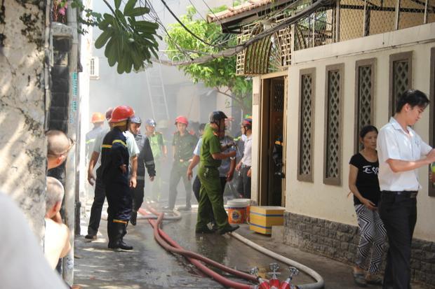 Căn nhà nằm sâu trong con hẻm bốc cháy dữ dội.