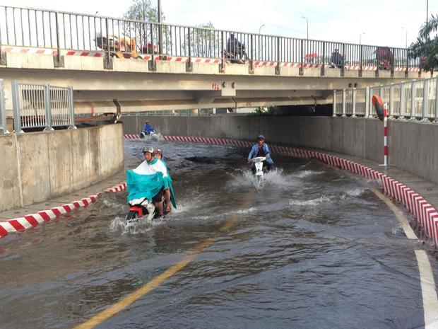 Hầm chui dưới cầu Bình Triệu bị nước ngập lênh láng. Ảnh: Thời đại.