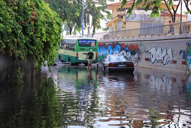Hầm ngập sau mưa lớn khiến ôtô chết máy - Ảnh: Tuổi trẻ.