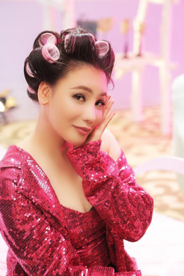 Tạo hình của Hồ Quỳnh Hương trong MV.