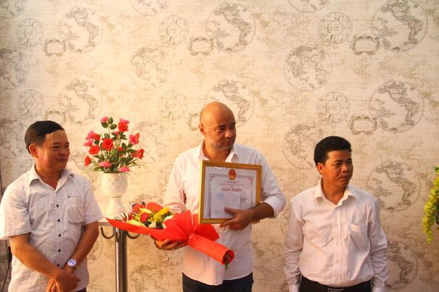 Lãnh đạo quận Liên Chiểu (Đà Nẵng) thăm hỏi và trao tặng bằng khen cho du khách Jean.