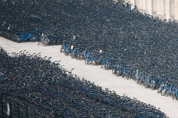 Những chiếc xe đạp Bluegogo bị bỏ lại trong bãi đỗ xe ở Bắc Kinh. Bluegogo là công ty kinh doanh dịch vụ chia sẻ xe đạp lớn thứ ba của Trung Quốc và đã phá sản từ năm ngoái.