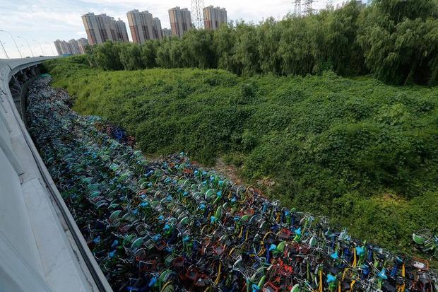 Hàng nghìn chiếc xe đạp xếp dọc theo cầu vượt ở quận Thông Châu, thủ đô Bắc Kinh, tạo nên cảnh tượng lạ mắt.