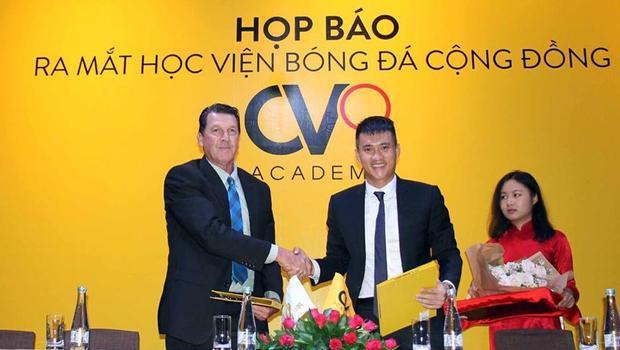 Từ giữa tháng 6 tới đây, học viện bóng đá cộng đồng CV9 của cựu tuyển thủ Lê Công Vinh sẽ chính thức khai giảng tại 2 địa điểm trên địa bàn TP.HCM, với các học viên ở độ tuổi từ 6 đến 15.Cựu tuyển thủ Marshall Soper của Australia sẽ hợp tác với vai trò giám đốc kỹ thuật và cũng là người lên giáo án huấn luyện đồng bộ cho học viện bóng đá cộng đồng CV9. Ông Marshall Soper hiện đang là GĐKT của CLB Yangon United (Myanmar).