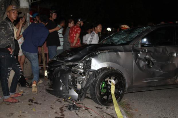 Chiếc xe điên tông hàng loạt xe máy và biến dạng. Ảnh: báo Người Lao Động.