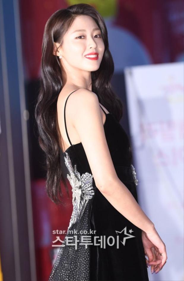 Nữ ca sĩ Seolhyun (AOA) quyến rũ, gợi cảm trong bộ cánh màu đen.