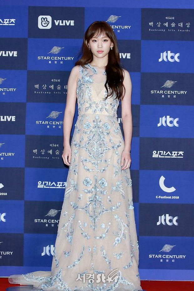 Nữ diễn viên Jin Ki Joo trong bộ trang mục tinh tế, thanh khiết.