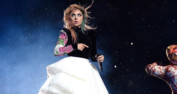 Có những đêm, Gaga bất chấp mưa to nặng hạt để cống hiến hết mình cho khán giả…
