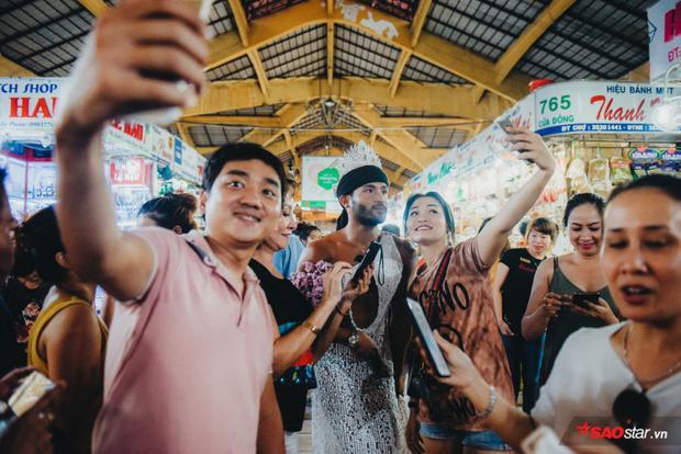 Ái Phương thốt lên khi xem màn catwalk ở chợ Bến Thành của Sinon Loresca: Trời ơi dễ thương quá!