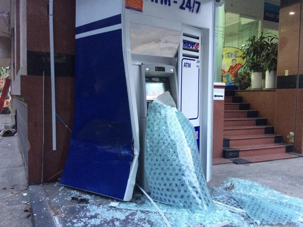 Trụ ATM hư hỏng hoàn toàn.