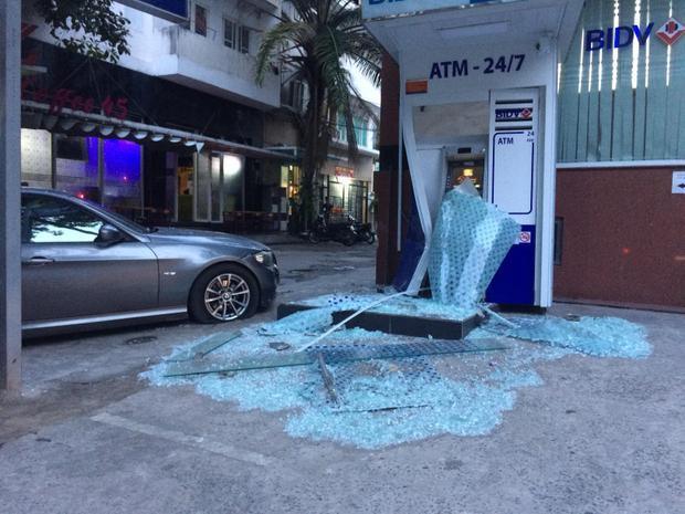 Xế hộp mất lái lao vào trụ ATM