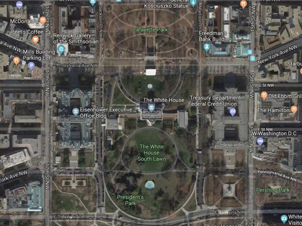 Tòa Bạch Ốc được bao quanh bởi công viên Lafayette ở phía bắc và bãi cỏ phía nam. Một phần sân sau và sân trước dành cho gia đình Tổng thống, nơi tổ chức các sự kiện chính thức. Toàn bộ khu vực là Công viên Quốc gia và là một phần của Công viên Tổng thống, bao gồm cả công viên Ellipse phía bên kia đường từ bãi cỏ phía nam.