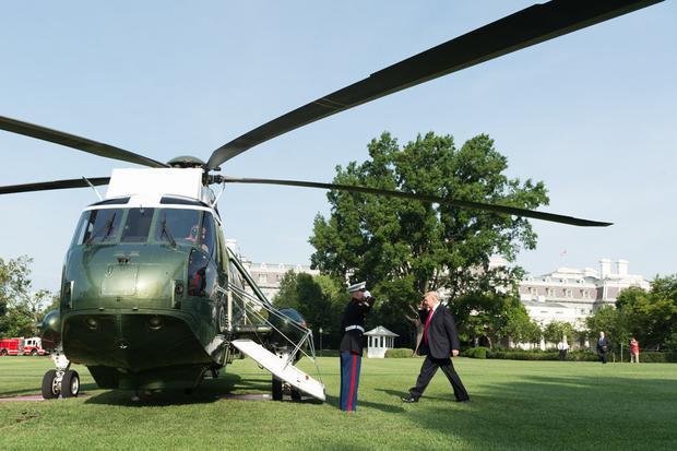 Bãi cỏ phía nam là phần rộng nhất trong khuôn viên dinh thự. Siêu trực thăng Marine One đậu và cất cánh trên bãi cỏ, ngay sát Phòng Bầu Dục.