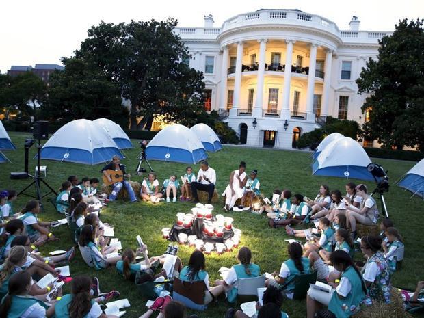 Ngoài ra, Vườn Hồng còn là nơi các gia đình tham gia Lễ Phục Sinh hàng năm, một truyền thống có từ năm 1878 nhưng bị bỏ qua trong thời kỳ chiến tranh năm 1918 và 1943-1945. Đệ nhất phu nhân là người tổ chức sự kiện. Ảnh cựu Đệ nhất phu nhân Michelle Obama chào mừng các thành viên của Hội nữ hướng đạo sinh Mỹ đến một trại hè trên bãi cỏ năm 2015.
