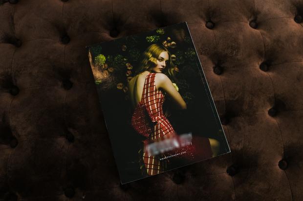 Thiết kế lộng lẫy của nhà mốt Việt qua sự thể hiện của một người mẫu Tây.Collezioni Haute Couture Magazine là tạp chí thời trang cao cấp hàng đầu của Italy, mỗi năm chỉ phát hành 4 lần để tổng hợp lại những thông tin thời trang cao cấp nổi bật trên thế giới từ các sàn diễn thời trang lớn: New York, Paris, Milan, Dubai, Sao Paolo, Tokyo…