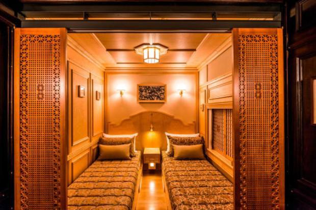 Mitooka cho biết, tàu có tổng cộng 14 phòng đầy đủ tiện nghi. Tất cả đồ nội thất đều là độc nhất, được thiết kế dành riêng cho con tàu xa xỉ này. Thiết kế chịu ảnh hưởng của cả phong cách phương Đông và phương Tây.