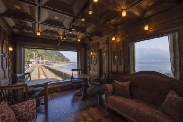 Mitooka coi mỗi khung cửa sổ là một khung tranh. Ông tỉ mẩn với từng khung cửa nhằm tôn thêm vẻ đẹp siêu thực của phong cảnh bên ngoài.Con tàu này sẽ đi xung quanh đảo Kyushu, một đảo ở phía nam Nhật Bản.