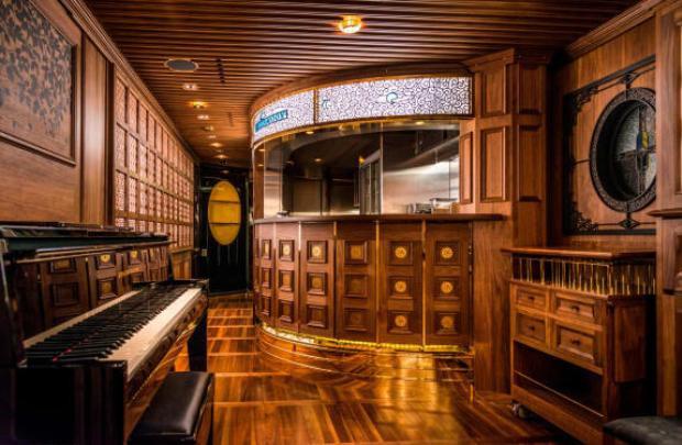 Một góc phòng khách Blue Moon trên tàu. Kiến trúc cổ điển và tất cả nội thất đều là gỗ cao cấp đem lại cảm giác về một thời kỳ huy hoàng xa xưa.