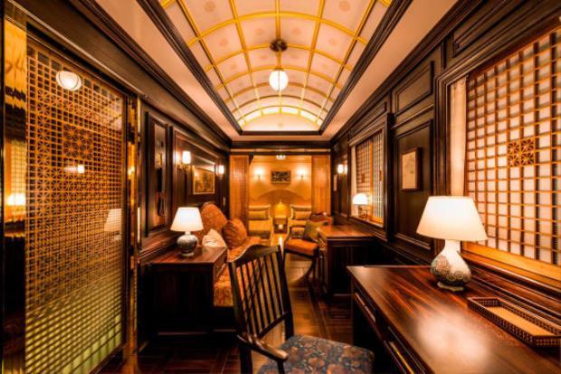 Những nghệ nhân thiết kế đồ nội thất dành riêng cho đoàn tàu đều được tuyển chọn cẩn thận, như nghệ nhân làm đồ gốm ở Arita, nghệ nhân làm mộc ở Kumiko.