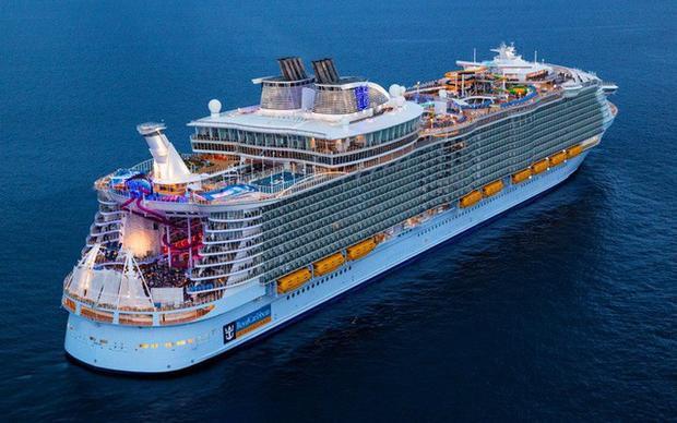 Symphony of the Seas là du thuyền lớn nhất và đắt đỏ nhất thế giới tính đến thời điểm hiện tại với sức chứa hơn 8.000 người. Ảnh: Sưu tầm