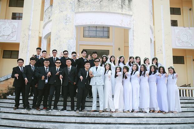 Toàn thể học sinh lớp 12A6 trường THPT Hoàng Diệu (Sóc Trăng) đã cùng thầy giáo chủ nhiệm Trần Đông Hải chụp bộ ảnh kỷ yếu theo phong cách nghịch ngợm trong bộ áo dài truyền thống và áo vest quần âu.