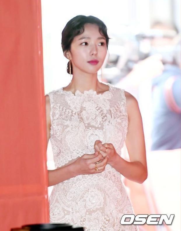 Soo Bin thuần khiết trong bộ váy màu trắng.