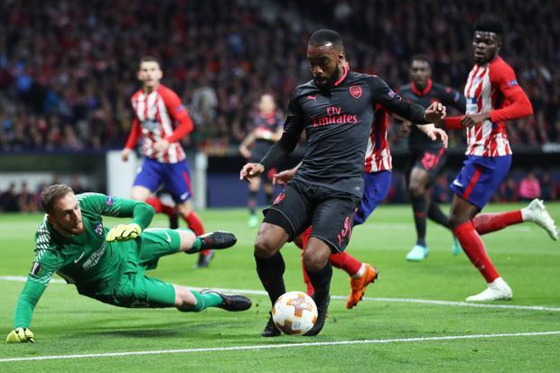 Do chỉ cần kết quả hòa 0-0 để vào chung kết nên Atletico Madrid chủ động phòng ngự chắc chắn bên phần sân nhà. Với lối chơi quyết liệt, không ngại va chạm, đội bóng TBN đã gây ra rất nhiều khó khăn cho hàng công của Arsenal, khiến Pháo thủ gần như không tạo ra tình huống nguy hiểm nào trong hiệp đấu thứ nhất.