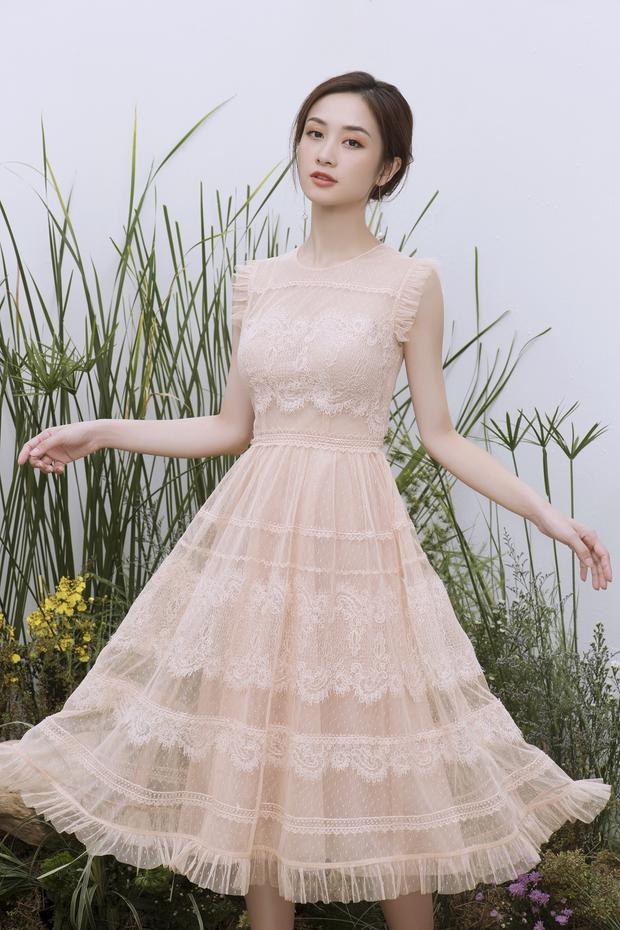 Vẫn màu sắc tương tự như những bộ cánh trước, nhưng phần chân váy được sử dụng chất liệu ren lưới với thiết kế xòe tạo sự bồng bềnh khi di chuyển.