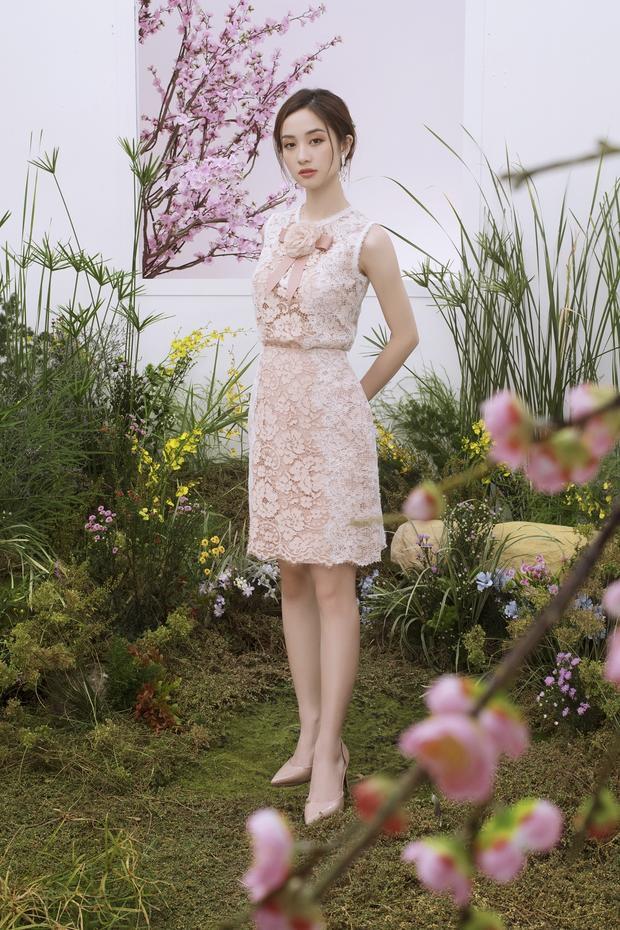 Jun Vũ nổi bật khi diện chiếc váy họa tiết ren cầu kỳ. Đây được xem là xu hướng thời trang được đông đảo các nhà thiết kế lựa chọn cho sản phẩm của mình.