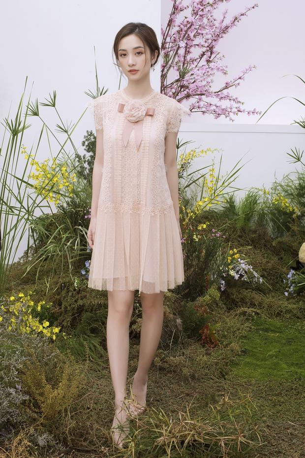 Ngoài những thiết kế ôm sát, những chiếc váy suông, tông màu beige cũng giúp tôn lên nhan sắc của người đẹp.