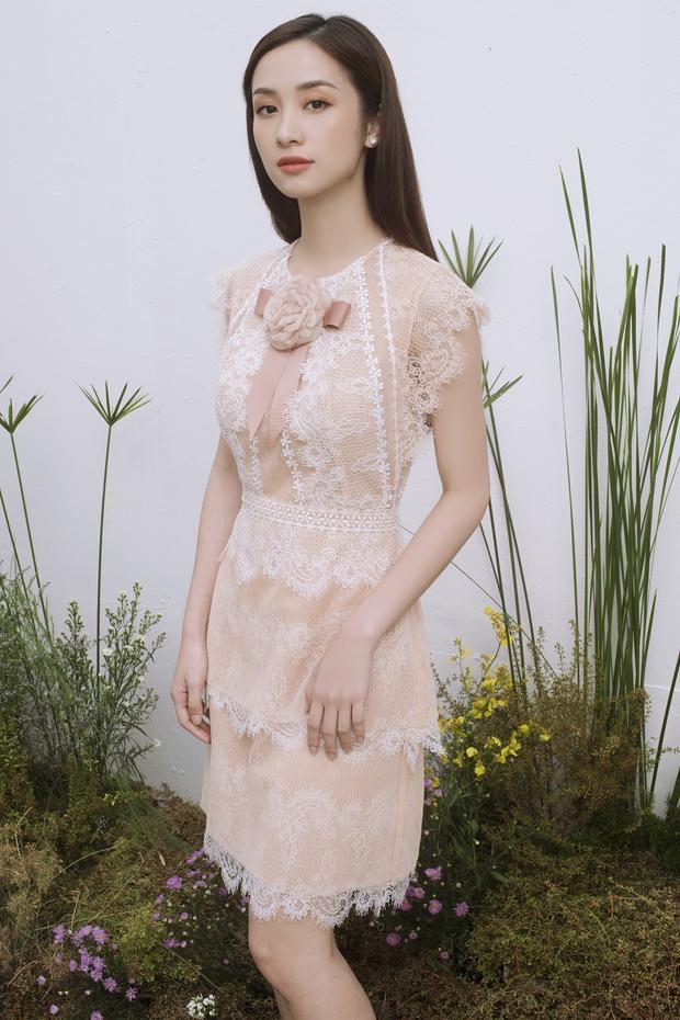 Cách đính hoa ở trung tâm phần ngực không chỉ làm đẹp cho bộ váy mà còn tôn vinh những nét duyên ngầm của người phụ nữ.
