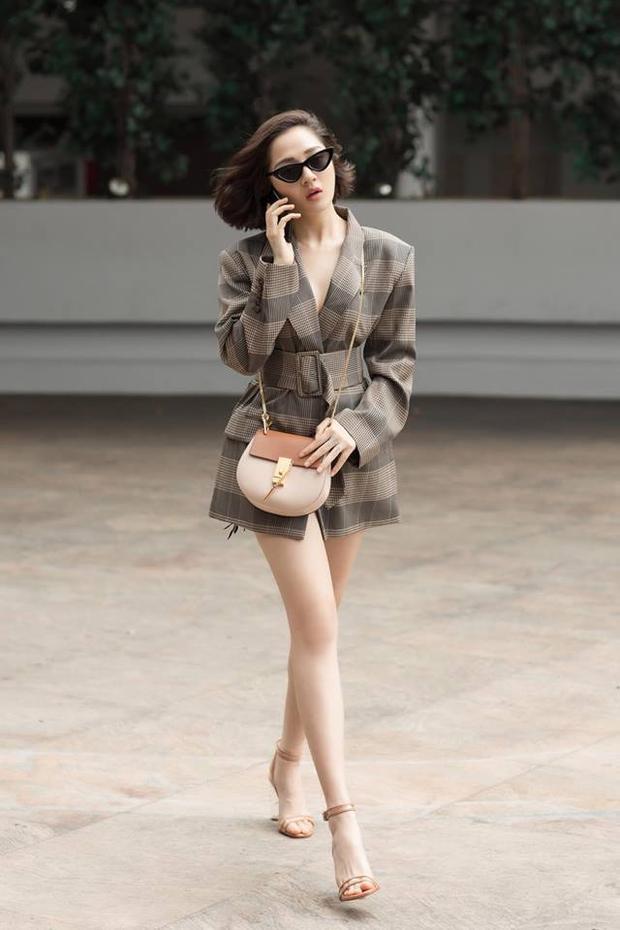 """Mặc vest mà bỏ qua phần diện quần, Bảo Anh có outfit sexy mà không hề kém thanh lịch. Tông màu của chiếc áo vest và chiếc clutch giúp cô nàng trở nên """"đằm"""" hơn."""