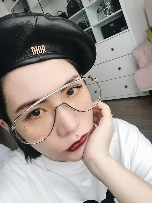 Beauty blogger Lâm Thúy Nhàn cũng có chiếc kính này với phiên bản mắt kính vàng.