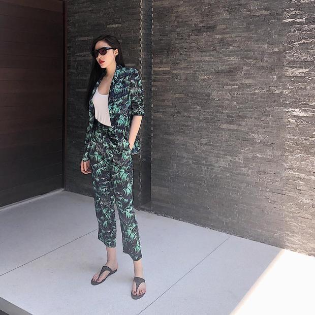 Kỳ Duyên tiếp tục theo đuổi phong cách menswear với cả cây vest gồm áo và quần in họa tiết, phối cùng dép xỏ ngón đem lại vẻ năng động, thoải mái.