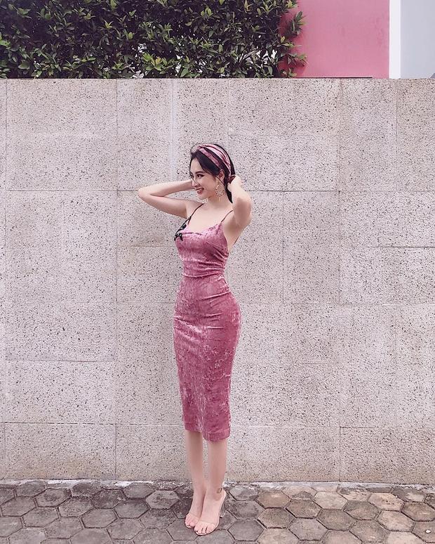 """Có vẻ Angela Phương Trinh đã chán hình tượng dịu dàng, nữ tính và quyết tâm quay trở lại với phong cách sexy rồi! """"Bà mẹ nhí"""" lựa chọn xuống phố với chiếc váy hai dây màu hồng ôm sát chất liệu nhung, khoe trọn những đường cong nóng bỏng."""